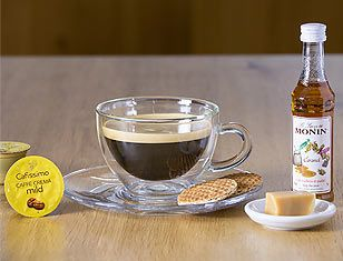 Crema Karamel: 1 çay kaşığı Karamelli Monin Şurubu bardağa dökün - Caffè Crema mild kapsül kahvenizi hazırlayıp ilave edin.