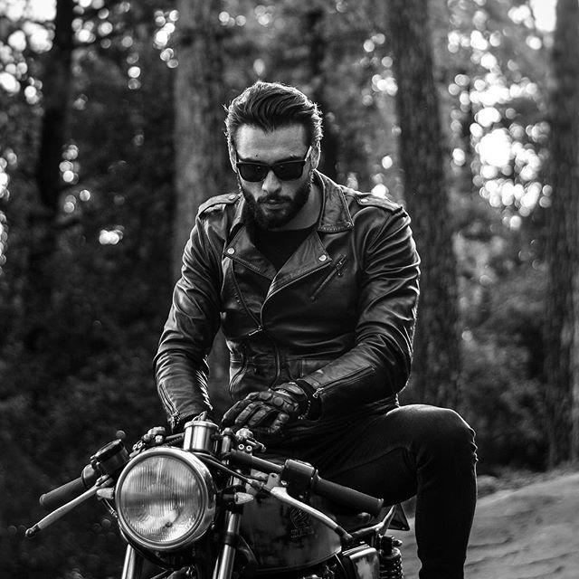 #cb400 #caferacer #leatherjacket #gloves #dainese #rayban #custom #hondacb400 #biltwell #honda #moto #vintage #ss #super #motorcycle #buildnotbought #epoca #hondacaferacers #hondacaferacer #bratcafe #tuscany #italy #landscape #italianboy #beard #beardman #bike #blackandwhite #road #freemind Photo by: @daniele.gatti