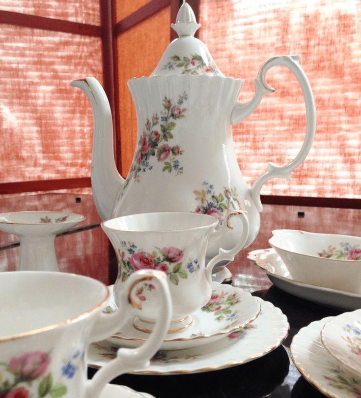 Moss Rose - la escencia del jardín inglés en tu mesaEste estilizado diseño floral fue utilizado entre los años 1947 al 2001.El bouquet de flores sobre fondo blanco, el dorado de las orillas y la forma fina de este juego alegrarán tu mesa.Este hermoso juego de 18 piezas está en perfectas condiciones y consiste en: Tetera/cafetera de 1.5 lt6 tazas de café6 platos de torta (16cms)Set cremero/azucarero&#x...