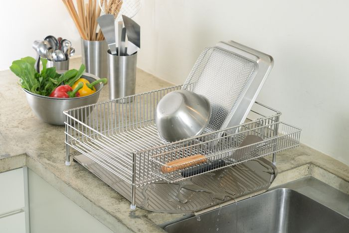 ラバーゼのアイテムで最も有名なのがこちらの水切りかご。接着部分が少なく、汚れが溜まりにくいのでお手入れが非常に簡単です。狭いワイヤーのピッチがお皿を倒さず、きれいにキャッチしてくれるんですよ!