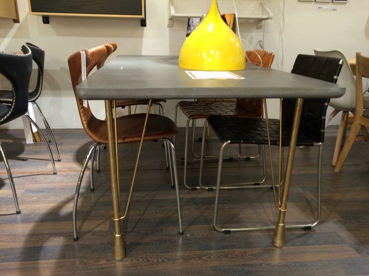 Träbord med grå yta liknande betong inneboende