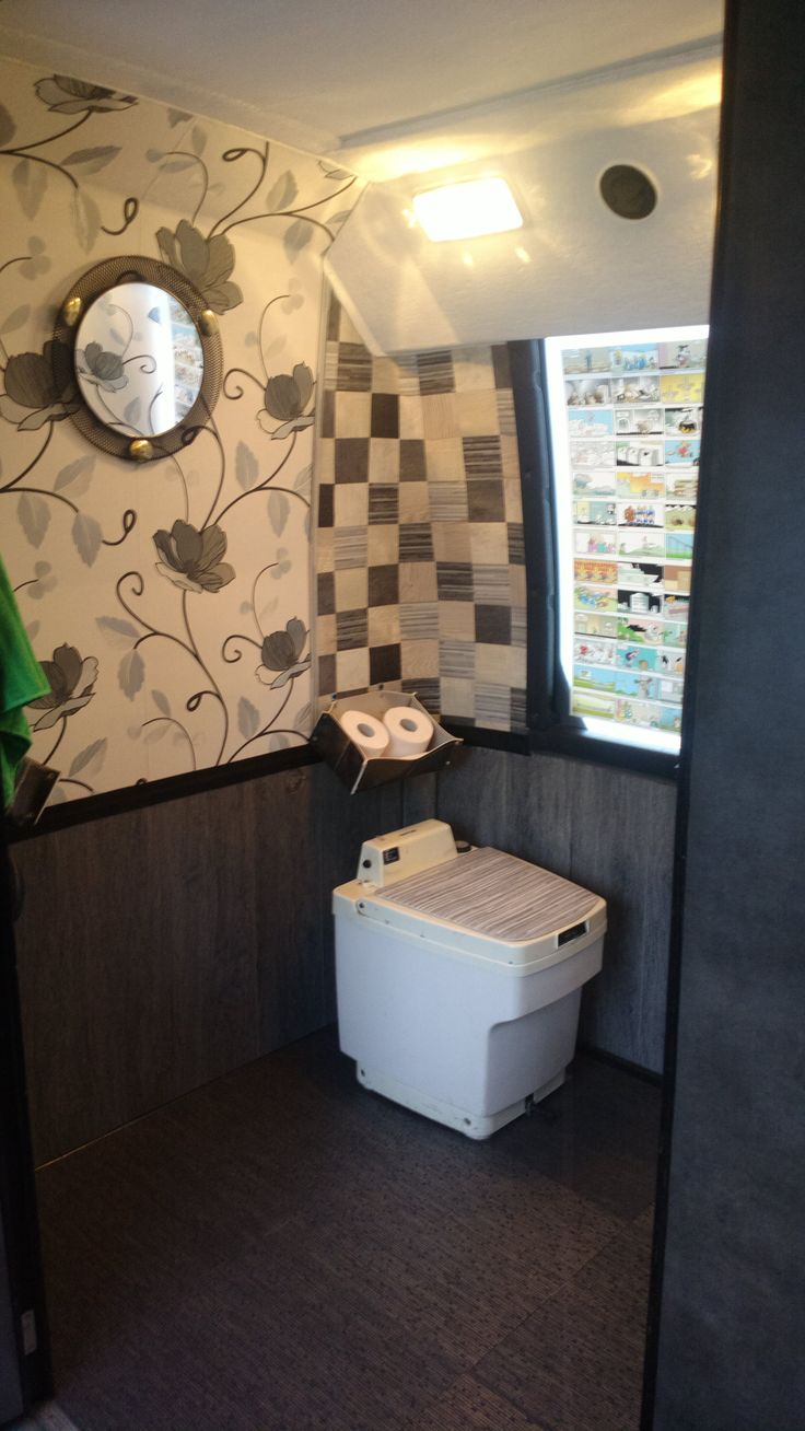 Bussin vessa, jonne pääsee helposti myös pyörätuolilla. Harvassa bussin vessa näin hienoa sisustusta! :) #matrocks