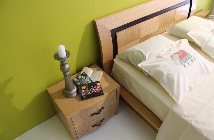 Σετ κρεβατοκάμαρας κατασκευασμένο από φυσικό ξύλο δρυπου αποτελείται από:Κρεβάτι σε διαστάσεις 1,80χ2,25για στρώμα 1,60χ2,00Δύο κομοδίνα διαστάσεων 0,60χ0,45χ0,50 το κάθε έναΣυρταριέρα διαστάσεων 1,20χ0.45χ0,90 που συνοδεύεται από καθρέπτη διαστάσεων 0,90χ1,00Το κρεβάτι διαθέτει αποθηκευτικό χώρο κάτω από το στρώμα.