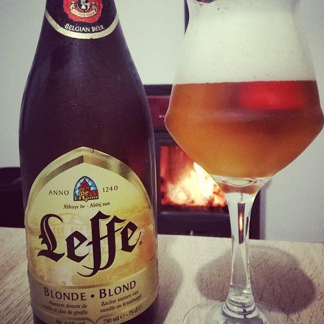 Stasera andiamo da pizza, ma prima ci beviamo una bella bionda belga accanto alla stufa. L'estate è sempre bella ma l'inverno non scherza! ⛄❤🔝🍺 . . #leffe #beer🍺 #birra #eveningmode #momenti #inverno #wintermood #beermood