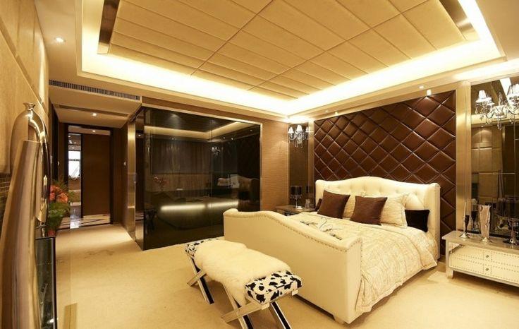 Moderne und luxuriöse Deckengestaltung aus Polstern in beiger Farbe