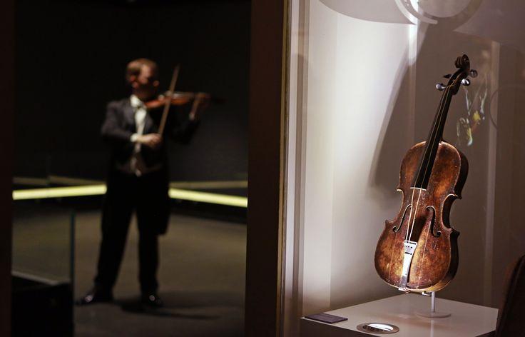 Violino que tocava durante naufrágio de Titanic é leiloado por R$ 3,26 milhões - Notícias - R7 Internacional