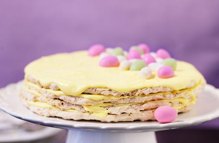 Recept på mandeltårta med citronsmörkräm. Snygg och supergod påsktårta.