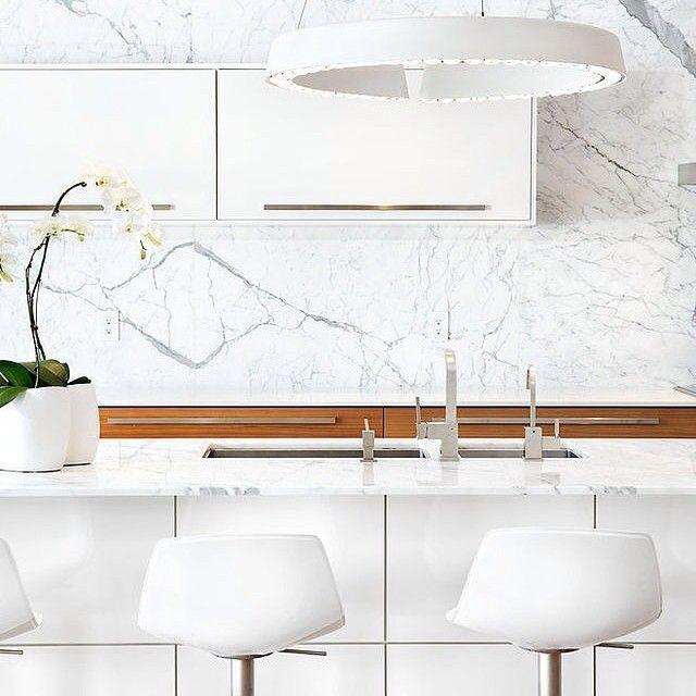 Kitchen #интерьер #копилка_идей #белый #тон #цвет #камень #стулья #кухня #декор #дизайн #дизайнинтерьера #стиль #минимализм #мрамор #kashtanovacom #interior #design #decor #interiordesign #kitchen #color