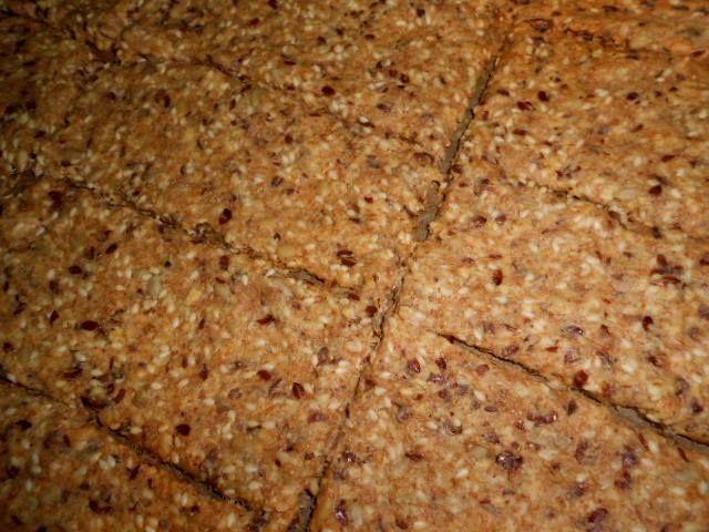 SVÉD MAGOS LAPOK 200gr liszt ( csak tk, vagy keverve kevés más liszttel max. 30% fehérrel) 1dl lenmag 1dl szezámmag 1 dl napraforgó mag 40gr zabpehely 1,5 tk só 1 dl növényi olaj 2 dl víz 1 tk sütőpor ( elhagyható) A hozzávalókat össze dolgozzuk, majd a kész tésztát kb. 30 percet pihentetjük. Két süti papír között hajszál vékonyra nyújtjuk. Sütés előtt kívánt formára vágjuk és 175 fokon kb. 35 percig sütjük.( amíg szép színe lesz)