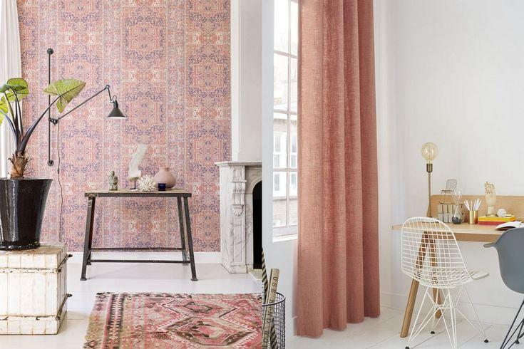 Vind je het zacht roze wat te soft? Een diepere kleur roze als koraal-roze en patronen zorgen voor wat meer pit. Hier zie je roze op een prachtig patroon behang en in de lange gordijnen. Het geeft al een heel ander effect. Door een wand te behangen krijgt deze hoek snel een totaal andere uitstraling. Ben je het zat, dan zoek je een nieuwe behang print uit en geef je het huis op een vrije middag een snelle make-over.