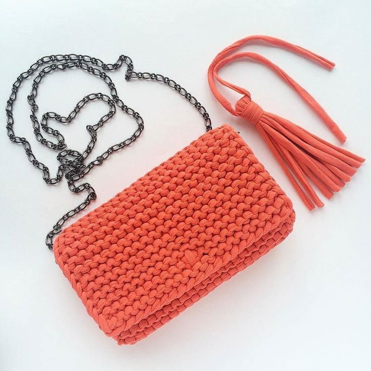 Bolso  tejido a trapillo color naranja pequeño con cadena y botón magnético con lindos accesorios.  by @katerinka_kasyanova  #handmade #diy #cosy #knit #knitting #trapillo #tshirtyarn #crochet #stitch #knittersofinstagram #yarn #crocheting #instacrochet #tejer #ganchillo #yarnaddict #handcraft #knitwear #shopsmall #crochetersofinstagram #Labrigo