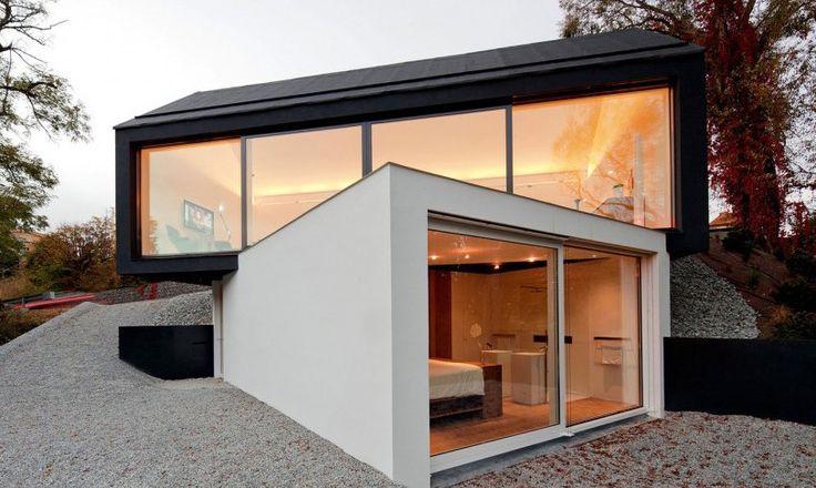 Sommige huizen zijn speciaal. Niet omdat ze een mooi interieurontwerp hebben, of omdat de buitenkant er fantastisch uitziet, maar omdat alles samenkomt in deze huizen. Dit zwart witte optrekje in Wenzenbach, Duitsland, is voor mij zo'n speciaal huis. Ik vind het gewoon in één woord geweldig!