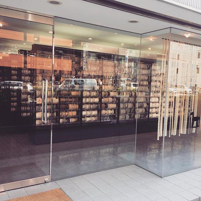 :  こんにちは。  ・  本日は「装飾品/クラフトの街」蔵前を紹介します。  ・  蔵前はおもちゃの街であり、職人の街でもあります。  歩いていると、革製品を扱っている小物屋やバッグ屋を多く見かけます。  ・  この店はリボンの店のショールームで、あの「LOUIS VUITTON」、「Dolce&Gabbana」、「PRADA」等、名だたるラグジュアリーブランドにも卸しているそうです。  ・  もうすぐ春ですね!!ものづくりのまち蔵前でのんびり休日を過ごしてみては?  ⁑    #craftsman #leather #bags #ribbons #mokuba #louisvuitton #D&G #PRADA #thebridge #bridge #bar #lounge #kuramae #asakusabashi #asakusa #tokyo #beer #craftbeer #brooklynlager #wine #sake #蔵前 #浅草橋 #浅草 #スタンディングバー #立ち飲み #クラフトビール#ブルックリンラガー #ワイン #日本酒