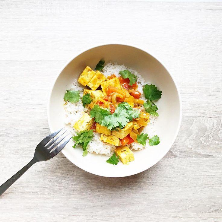 Pour 2 personnes: 1 bloc de tofu lacto-fermenté (moins fade et beaucoup plus digeste que le tofu simple), 1 poivron rouge, 1/2 oignon, 1 gousse d'ail, 150mL de crème de coco, 1 cuillère à soupe de pâte de curry korma vegan, Sel, poivre, coriandre fraîche, Du riz basmati en accompagnement. . . Commencez par hacher l'oignon et l'ail, que vous ferez revenir dans une poêle avec de l'