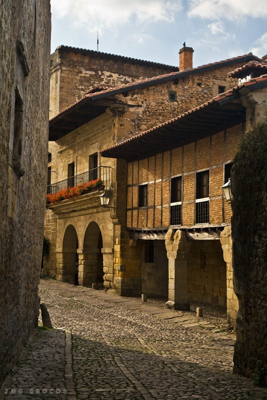 Santillana del Mar  #Cantabria #Spain  Its not by the sea , nor on the plains and it sure is'nt holy ! La ciudad de tres mentiras .