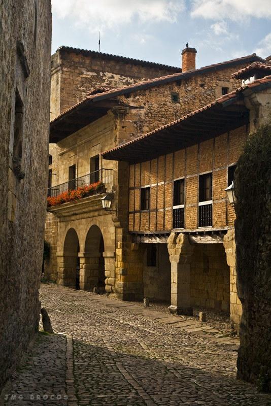 Santillana del Mar  #Cantabria #Spain  Its not by the sea , nor on the plains and it sure is'nt holy ! La ciudad de tres mentiras .