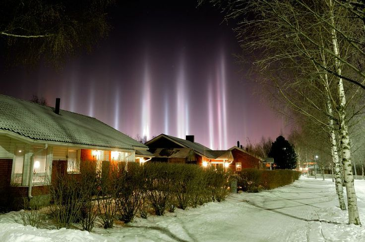 Oululainen Thomas Kast kuvasi NASA:n sivustolla julkaistut valopilarit Kaakkurissa asuintalojen edessä paikalla, jossa oli hyvä asetelma. - Halusin, että kävelypolku vie sinne, missä pilarit olivat, Kast sanoo. Kuvan valotusaika oli 20 sekuntia, aukko 8 ja ISO-arvo 400. Kuva: Thomas Kast