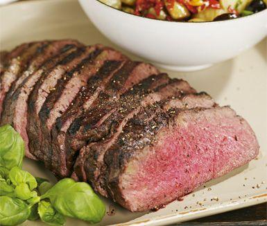 Ett saftigt recept på hel grillad ryggbiff som du marinerar med bland annat vitlök och rödvin. Du marinerar över natten och tillagar sedan köttet på grillen. Servera med god potatissallad och soltorkade tomater!