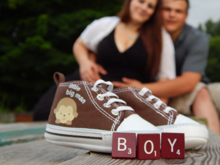 Gender reveal photo │ couple, baby shoes & gender.