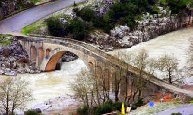 Περισσότερα απόχίλιαπεντακόσια πέτρινα γεφύρια κοσμούν   λίμνες ποτάμιακαιρυάκιατηςπατρίδαςμας.   τα περισσότερα και τα πιοόμο...