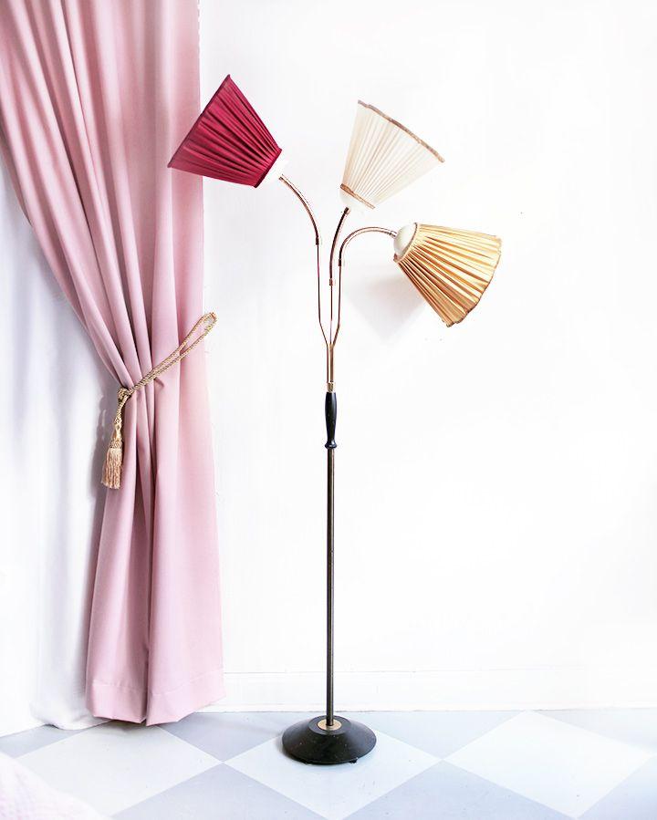 Vintagefabriken säljer denna underbara Kurt Olsson-lampa med tre skärmar i olika färger. | Foto: Emma Sundh