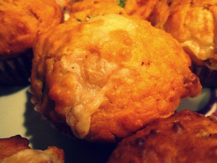 PIZZA MUFFIN Perfetti per grandi e piccini questi pizza muffin faranno la gioia dei vostri ospiti, che rimarranno piacevolmente stupidi dall'incredibile morbidezza di queste delizie monoporzione. Provatele anche voi! http://blog.giallozafferano.it/cookingtime/pizza-muffin/
