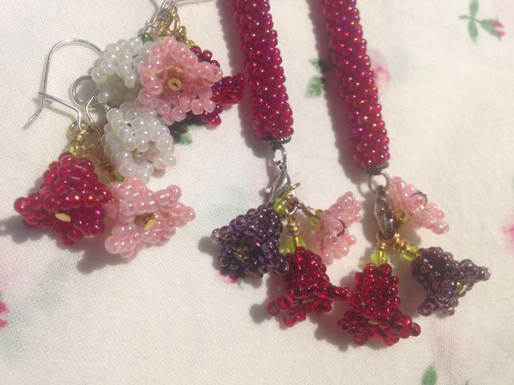 I made... Because Summer is all about the flowers #seedbead #herringbone