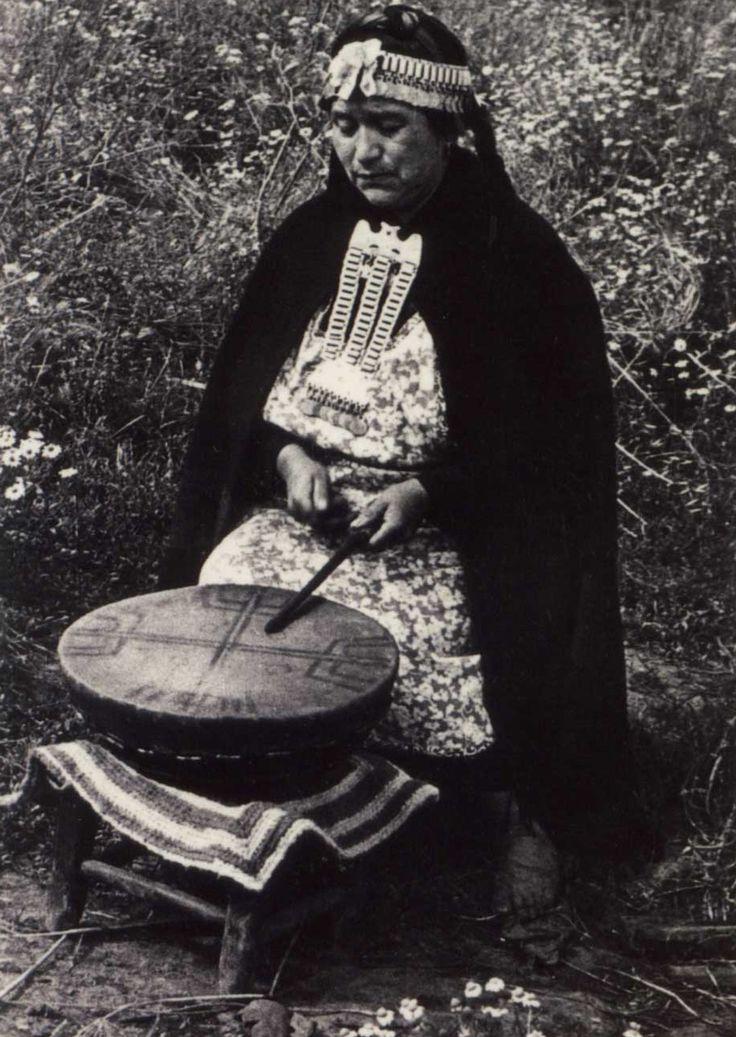Machi (Mapuche Shaman) junto a su kultrún, Chile.