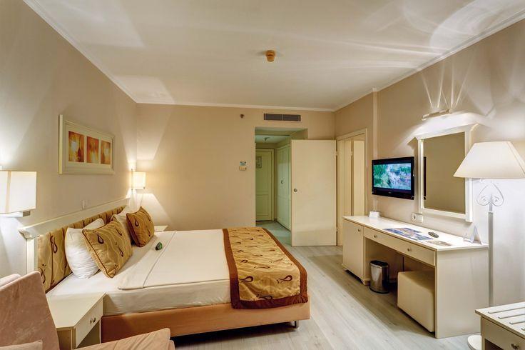 Aile Odaları, Toplam 12 adet aile odası vardır. Aile Odalarımız 2 odadan oluşmaktadır. Yan yana 2 ayrı odanın ara kapı ile birbirine bağlandığı aile odalarımız Ebeveyn odası 25 m2 ve diğer oda 21 m2 olmak üzere toplam 46 m2 büyüklüğündedir. Dağ ve bahçe manzaralıdır. Odalardan biri balkonludur. Aile odalarında maksimum 5 yetişkin konaklama yapabilir.