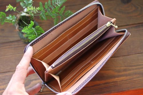 こんにちは(^^)v 2代目です(^^)v  先日作製途中だった 『ラウンドファスナー長財布』の幅広タイプ。...