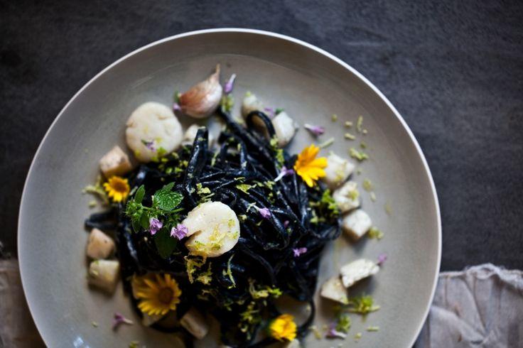 Kitchenette — Černé linguiny s mušlemi sv.Jakuba, citrónovou kůrou a jedlými květy