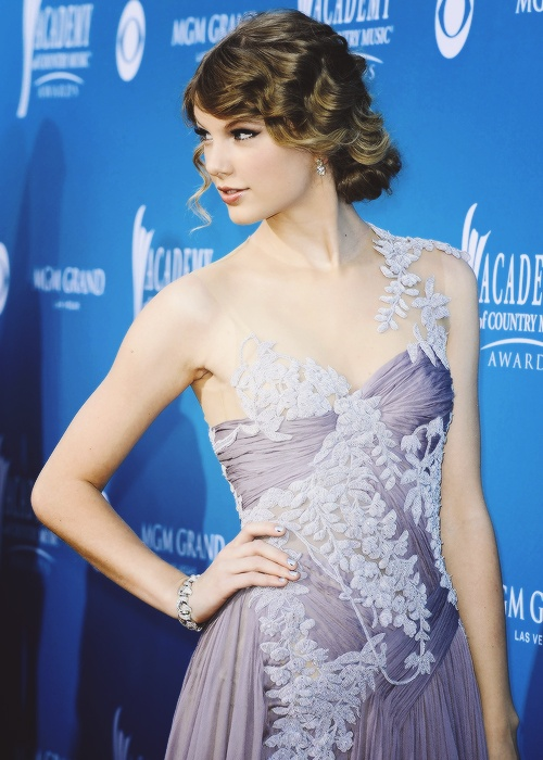 love is a ruthless game: Taylor Swift, Taylorswift, Embroidery Prom, Music Awards, Country Music, Celebrity Dresses, Taylors Swift, Prom Dresses, Swift 2010