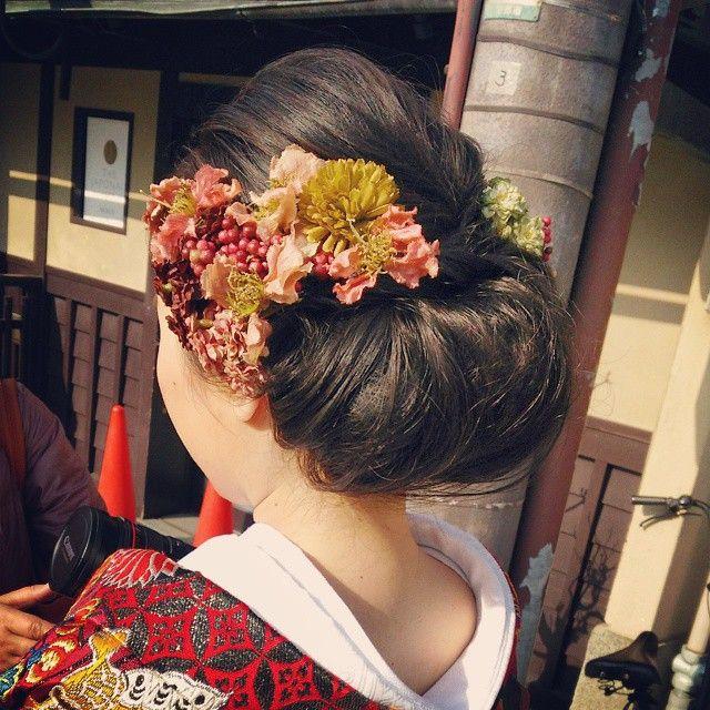 関西を拠点に活動している、大阪のフリーヘアメイクアップアーティスト《友井陽子さん (SERLIA)》♡ インスタグラムで、素敵なブライダルヘアをたくさん披露しています☆* 中でも特に目を引くのが、おしゃれすぎる 「和装 × 洋髪」!白無垢や色打掛けなどの和装を、今時のスタイルに叶えたい花嫁さんは必見です☆