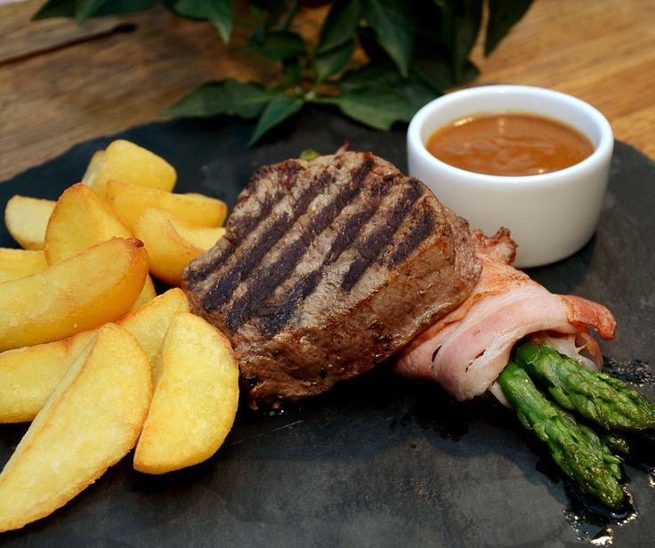 Mmm, aż się rozmarzyliśmy...!  Kto ma ochotę na pysznego steka? #steak #food #restaurant