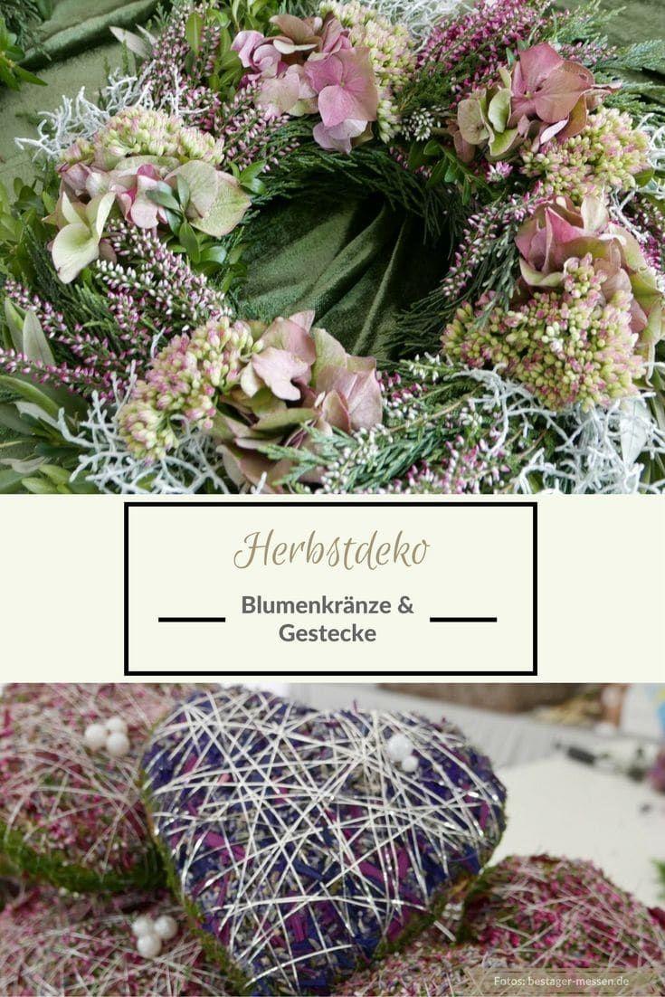 Mit diesem Blumenkranz und dem Gesteck habt ihr eine schöne florale Herbstdeko. In den Kranz werden rosa Hortensien und Heide eingearbeitet. Das Herz mit Perle besteht aus Lavendel und Moos.