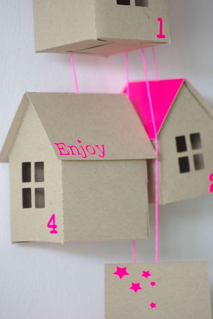 calendrier de l'avent avec des maisons en carton