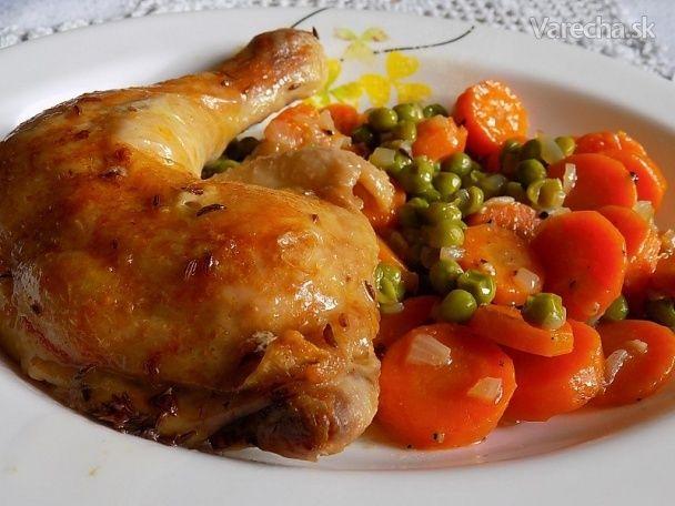 Kuře pečené na talíři s dušenou mrkví a hráškem