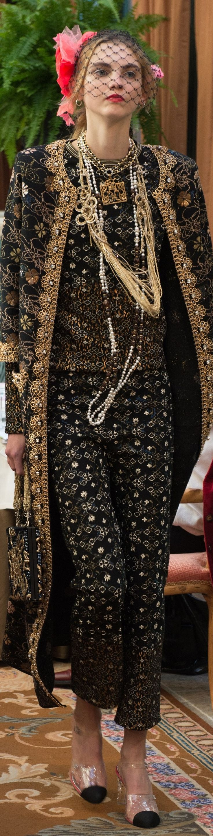 Chanel prefall 2017 show in Hotel Ritz Paris. Pin de Olga del Campo