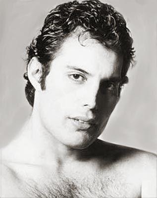 Young Freddie  http://oigofotos.wordpress.com/2013/05/21/freddie-mercury-la-incuestionable-reina-entre-las-voces-del-rock/