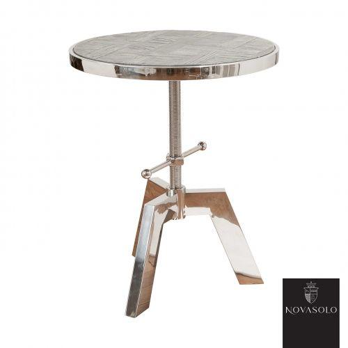 Råtøft Frost sidebord med justerbar høyde. Bordet er produsert i en kombinasjon av resirkulert, gråvasket alm og blankpolert rustfri stål!   Treverket er resirkulert som betyr at kvister, sprekker, skjevheter og andre mindre defekter er en bevisst og naturlig del av produktet - hvert enkelt møbel vil være helt unikt og ha sin egen sjarm! Fargevariasjoner vil forekomme innad på hvert møbel og fra produkt til produkt.