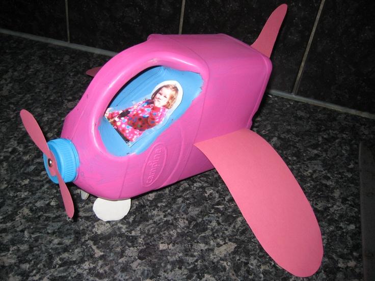 een vliegtuigje van een plastic melkpak