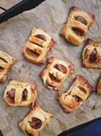 Het recept voor mini frikandelbroodjes, de favoriete snack van velen in klein formaat. Makkelijk om te maken! Nog lekkerder met wat extra currysaus. Recept op Cookingdom, via bron