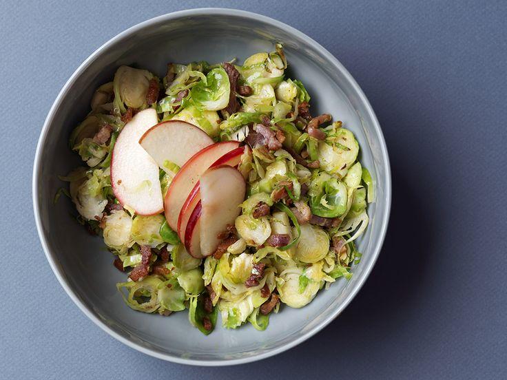 Geschaafde spruitjes met spekjes en appel, salade  http://www.ztrdg.nl/editie/recept/geschaafde-spruitjes/