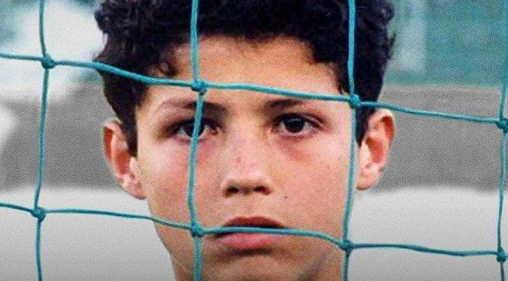"""Cristiano Ronaldo 'nun çocukluk fotoğrafı sosyal medyada olay oldu  """"Cristiano Ronaldo 'nun çocukluk fotoğrafı sosyal medyada olay oldu"""" http://fmedya.com/cristiano-ronaldo-nun-cocukluk-fotografi-sosyal-medyada-olay-oldu-h37543.html"""