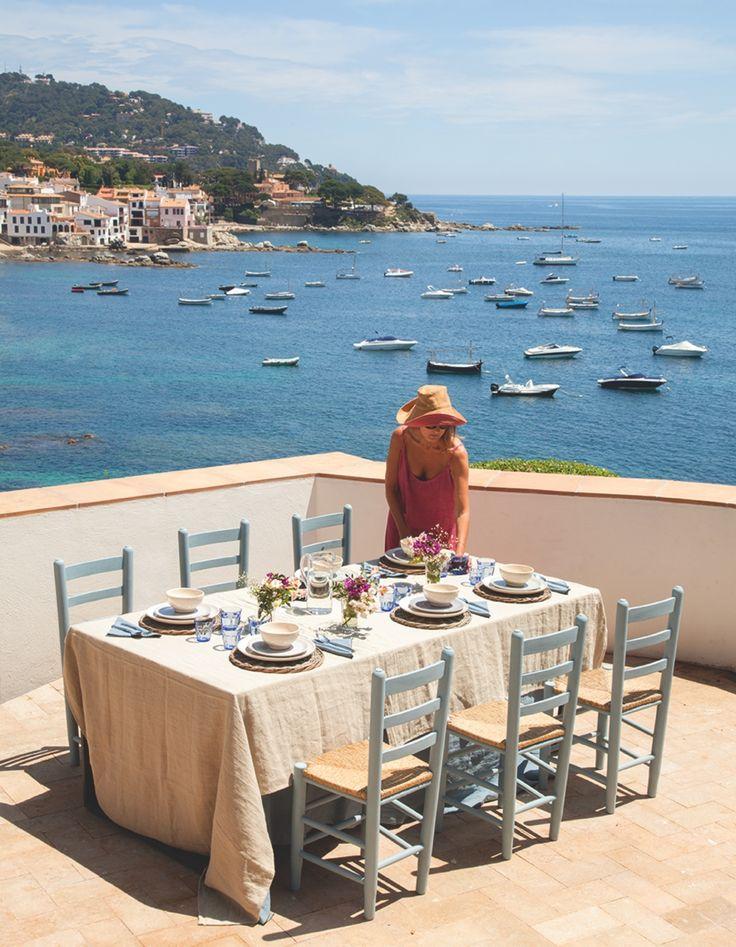 Con unas vistas de postal. Esta casa centenaria se abre paso entre el cielo y el mar, y se convierte en un mirador renovado sobre el Mediterráneo