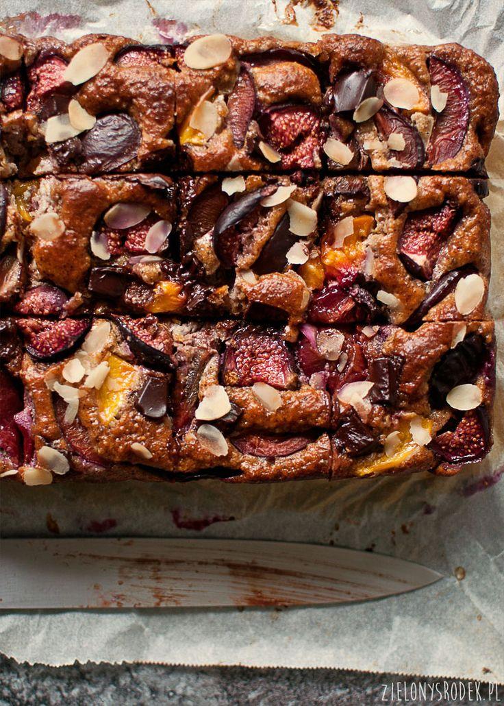 placek orzechowy z owocami, ciasto ze śliwkami
