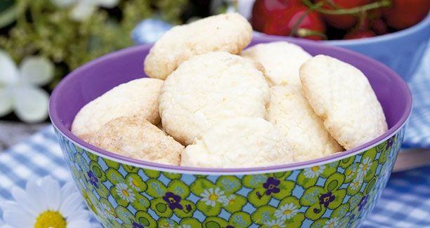 Opskrifter: Er der noget bedre en lækre småkager med et pift af syrlighed på en varm saommerdag? NEJ! Lækre sommersmåkager med citron, perfekte til eftermiddagssolen