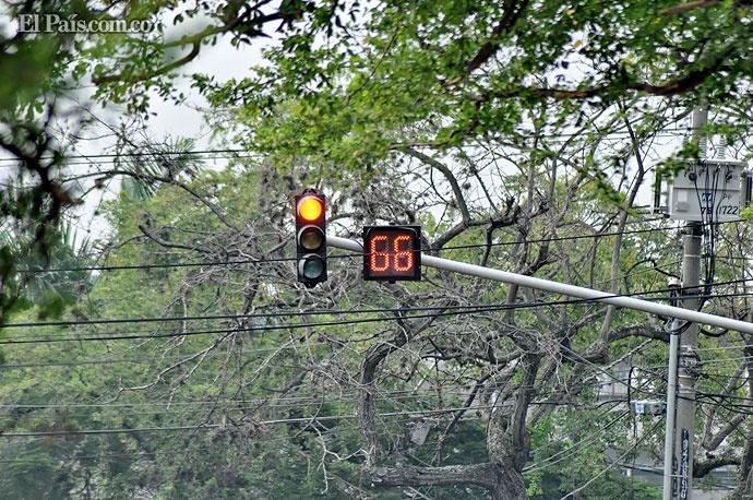Semáforos con cámara fotomultas de Cali tienen ahora temporizador para que conductores regulen velocidad. Foto: Bernardo Peña