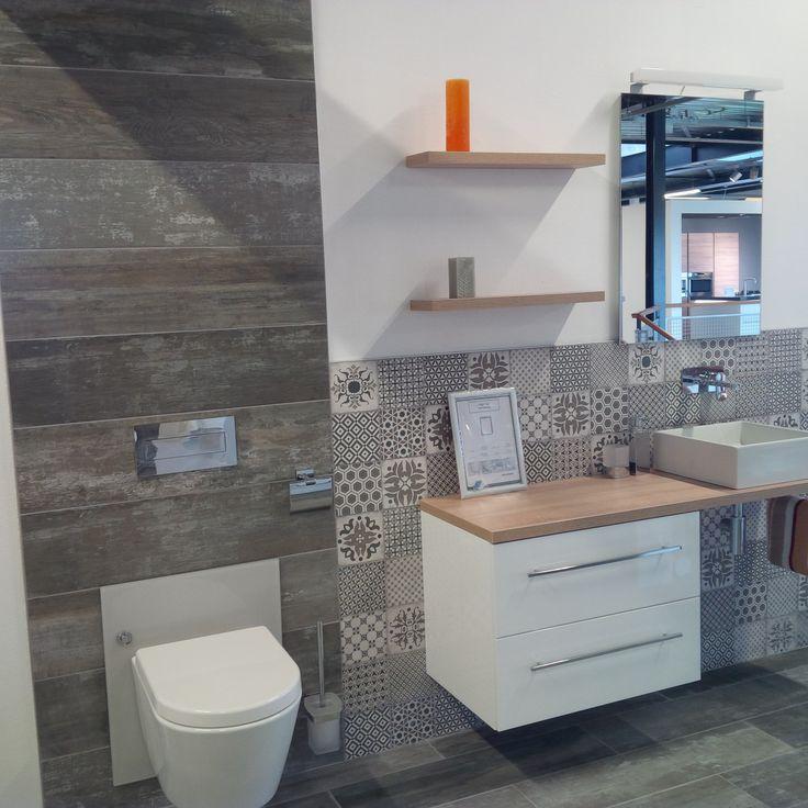 Super badkamer 1 met een practig bad meubel en wc.