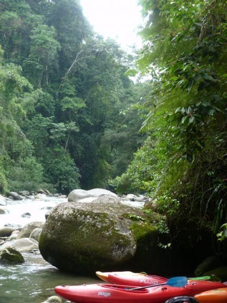 """""""Mocoa is een plekkie in de provincie Putumayo, nog net in het Andes gebergte, waar ongelofelijk veel rivieren samenkomen. Afgelopen jaar was ik een week hier, maar dit keer blijven we een week of drie.  Het klimaat is werkelijk super, niet te warm...niet te koud.....zo'n 25-27 graden. Zon! prachtige jungle, mooie bergen, geen toerisme. En ongelofelijk veel prachtige rivieren te varen. Dit is perfect."""""""